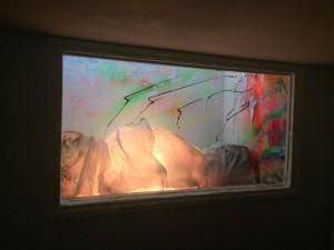 Un'esplosione di colori tra montagna e aurora